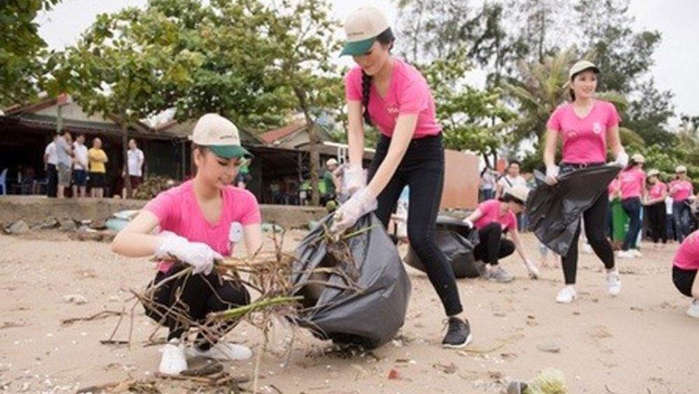 Thí sinh Hoa hậu Việt Nam 2018 dọn rác trên bãi biển Cửa Lò sau bão số 3